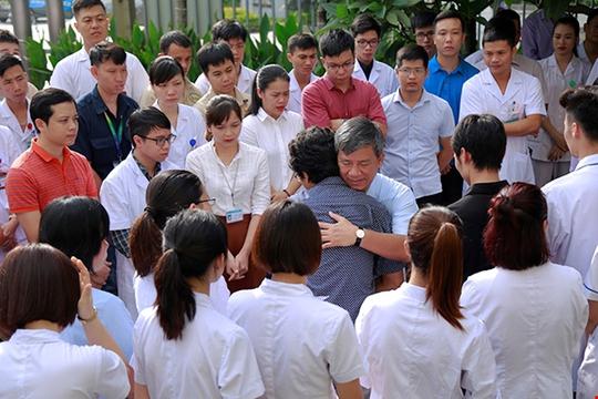 Bệnh nhân xúc động chia tay GS Nguyễn Anh Trí về hưu - Ảnh 4.