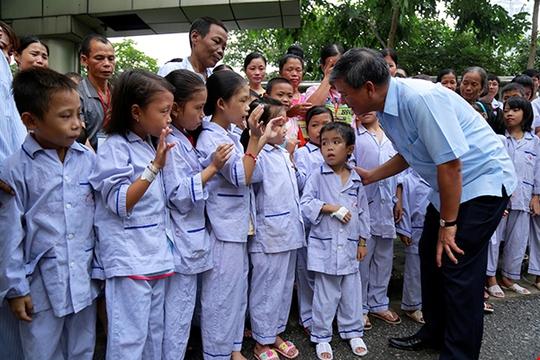 Bệnh nhân xúc động chia tay GS Nguyễn Anh Trí về hưu - Ảnh 7.