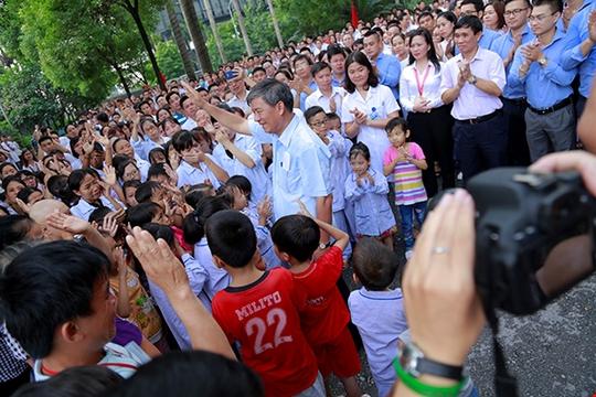 Bệnh nhân xúc động chia tay GS Nguyễn Anh Trí về hưu - Ảnh 12.