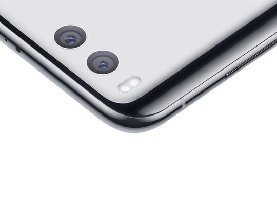 Mi 6 được trang bị camera kép 12MP tích hợp công nghệ chống rung quang học 4 trục cho phép chụp chân dung xóa phông đi kèm nhiều hiệu ứng hình ảnh tích hợp sẵn.