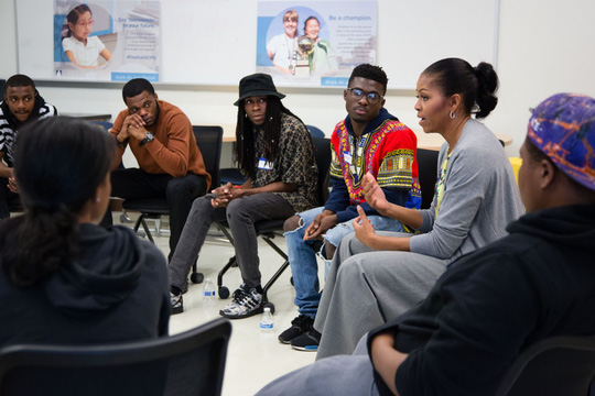 Bà Michelle Obama thảo luận với các học sinh của trường Ballou STAY. Ảnh: Chuck Kennedy