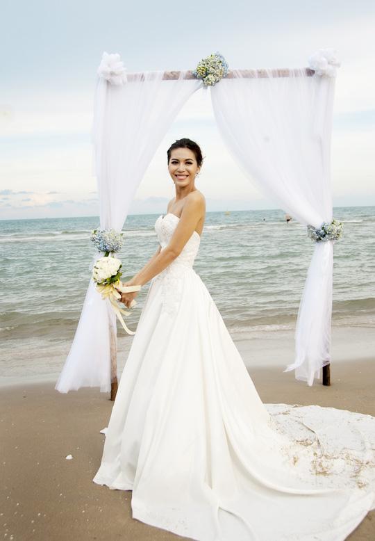 Cô duyên dáng trong đầm cưới ở cảnh cuối phim