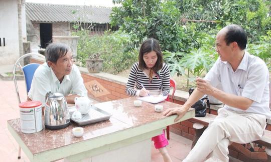 Ông Nguyễn Văn Nhân (trái), thị trấn Tây Đằng, huyện Ba Vì, trao đổi với phóng viên báo Kinh tế & Đô thị. Ảnh: Quang Thiện