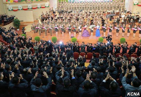 Triều Tiên khoe ảnh ông Kim Jong-un tươi cười tổ chức đại tiệc - Ảnh 3.