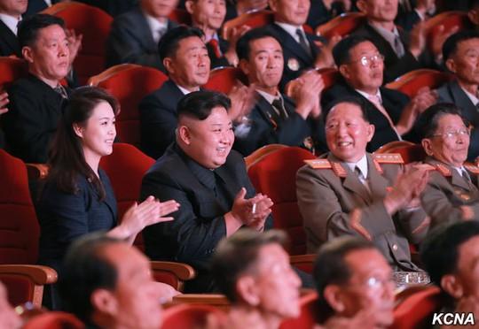 Triều Tiên khoe ảnh ông Kim Jong-un tươi cười tổ chức đại tiệc - Ảnh 6.