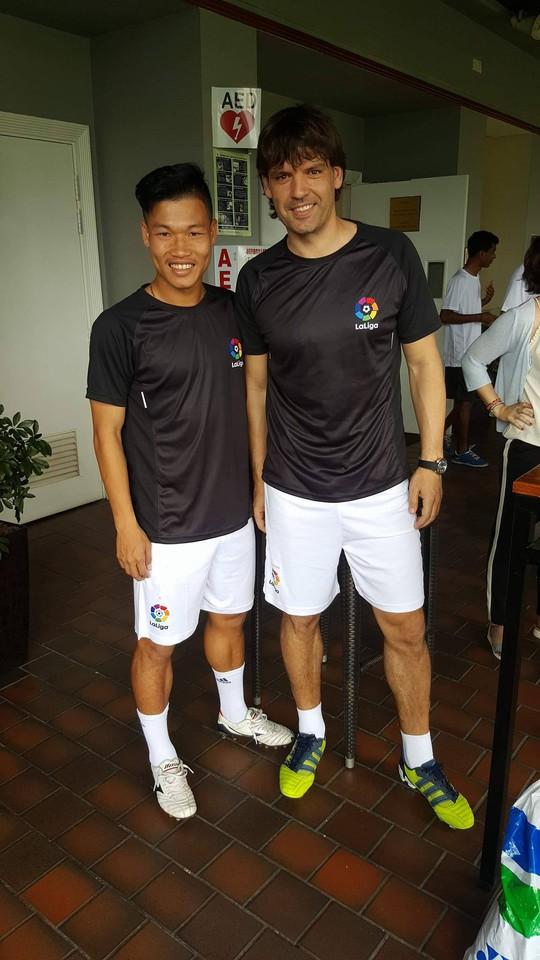 Đông Triều còn được vinh dự thi đấu cùng đội với Morientes trong trận đấu khai trương văn phòng La Liga