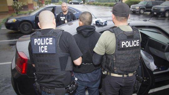 Một người nhập cư bị nhân viên lực lượng di trú và hải quan Mỹ bắt giữ Ảnh: AP