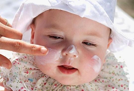 Các bậc phụ huynh nên hạn chế cho bé sử dụng mỹ phẩm