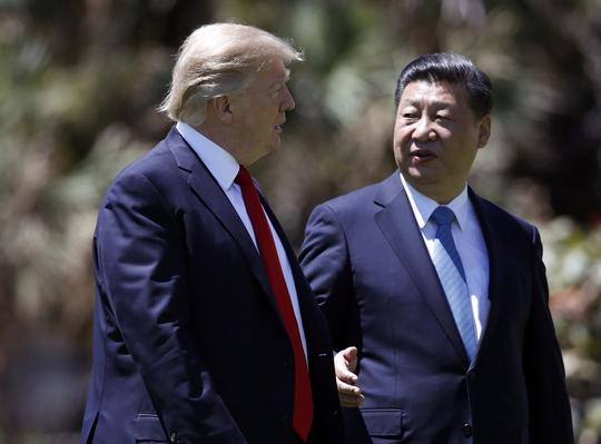 Tổng thống Mỹ Donald Trump (trái) và Chủ tịch Trung Quốc Tập Cận Bình tại bang Florida hôm 7-4 Ảnh: AP