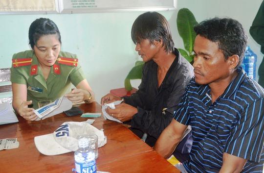 Tiếp nhận 2 ngư dân Philippines bị trôi dạt trên biển (Ảnh: Kim Oanh)