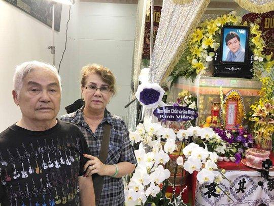 Vợ chồng nghệ sĩ Kiều Lệ Mai, Minh Đức từ Pháp về viếng tang lễ NSƯT Thanh Sang - hai người đã từng diễn trên sân khấu Nhà hát Trần Hữu Trang với NSƯT Thanh Sang