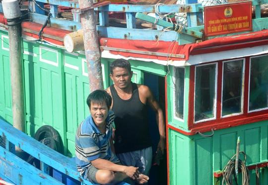 Thuyền trưởng Hưng (trái) cùng 1 ngư dân Philippines trên đường vào bờ (Ảnh: Kim Oanh)