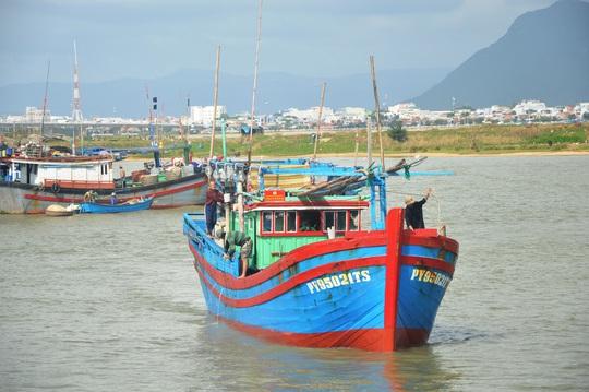 Tàu cá của thuyền trưởng Hưng trên đường vào bến Đông Tác