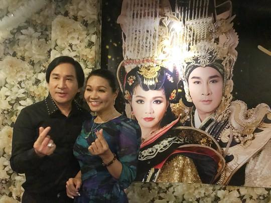 Vo Kim Tu Long mang yeu chong trong buoi hop bao
