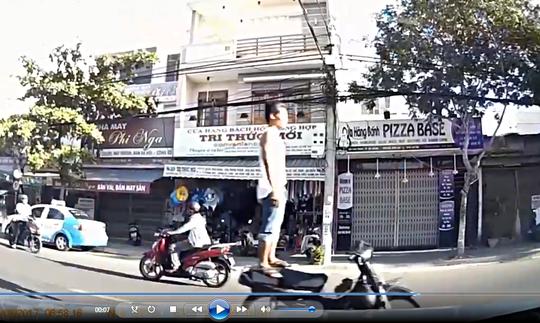 Truy tìm thanh niên lái xe máy bằng chân ở Đà Nẵng - Ảnh 3.