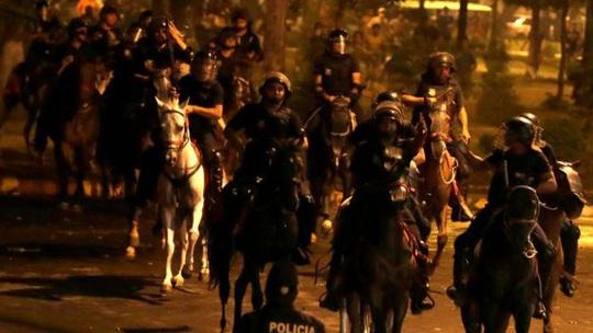 Cảnh sát Paraguay được huy động trong lúc bạo lực bùng nổ ở thủ đô Asuncion Ảnh: REUTERS