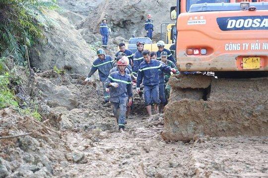 Lở đất vùi lấp 18 người: Nghiên cứu dùng mìn phá đá tìm nạn nhân - Ảnh 1.