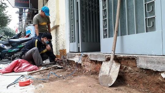 Công nhân đang đục bậc tam cấp trước một ngôi nhà trên đường Nguyễn Du phường Bến Nghé