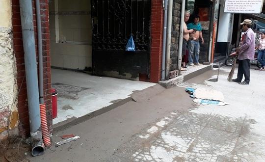 Sau khi gọt bục đệm, vỉa hè đã bằng phẳng, người dân cũng vuốt lối dắt xe vào bên trong nhà