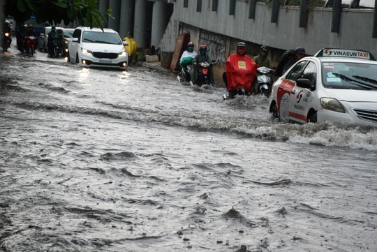 Truy tìm thủ phạm gây ngập đường Nguyễn Hữu Cảnh - Ảnh 2.