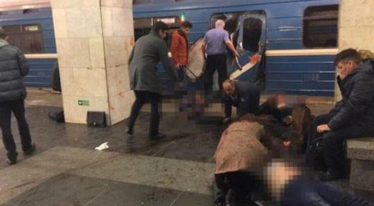 Người bị thương nằm la liệt bên cạnh toa tàu hư hại sau vụ nổ ở St. Petersburg. Ảnh: TWITTER