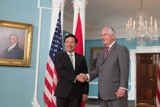 Phó Thủ tướng, Bộ trưởng Ngoại giao Phạm Bình Minh bắt tay Bộ trưởng Ngoại giao Mỹ Rex Tillerson sau hội đàm