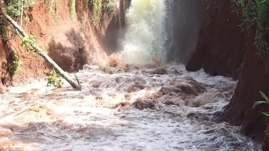 Vỡ kênh dẫn tràn hồ Gia Hoét, di dời hàng chục hộ dân - Ảnh 2.