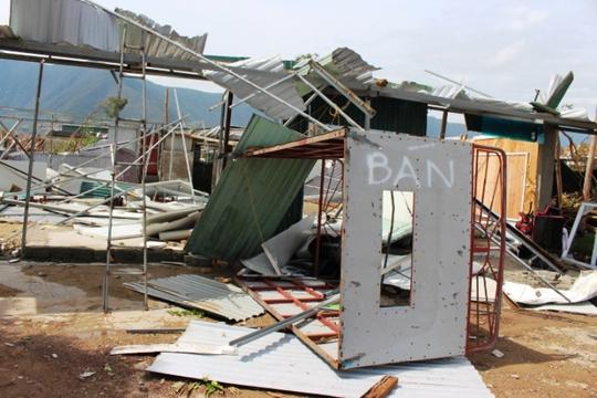 Cận cảnh trường học tan hoang, nhà cửa đổ nát sau bão - Ảnh 12.