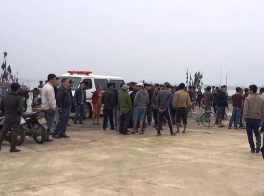 Nhiều người dân theo dõi lực lượng chức năng tìm kiếm nạn nhân