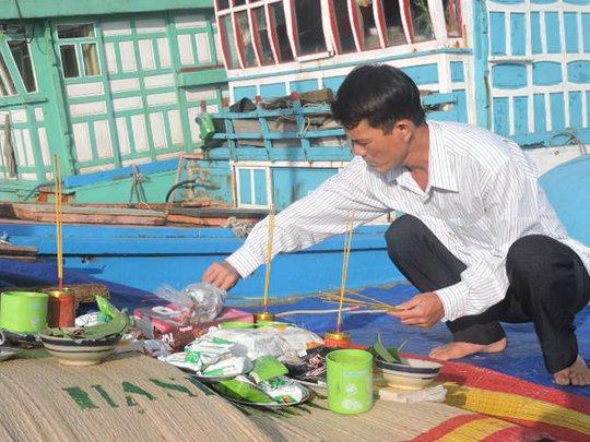 Ngư dân Bùi Năm cúng lễ xuất hành cho mùa biển mới tại Hoàng Sa