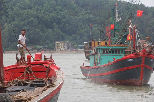 """Nghệ An: """"Cấm biển"""", gần 4.000 tàu thuyền vào nơi trú ẩn an toàn - Ảnh 1."""
