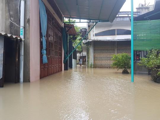 Lũ lớn, hàng ngàn ngôi nhà ở Bình Định lại bị ngập nặng - Ảnh 1.