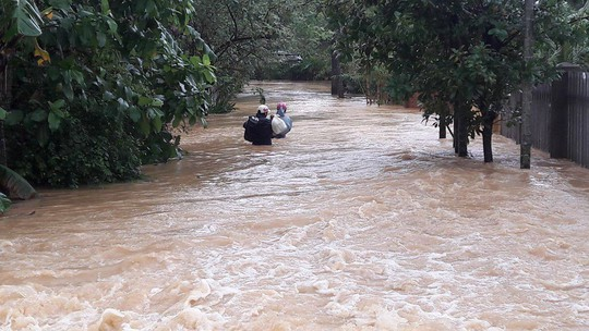 Đà Nẵng- Quảng Trị: Hàng ngàn nhà dân còn ngập sâu trong nước - Ảnh 2.