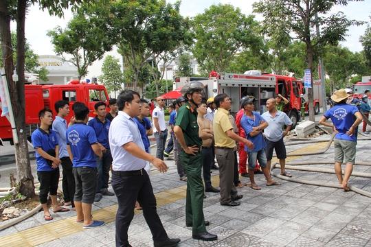 Đà Nẵng: Cháy lớn tại gara ô tô, nhân viên hốt hoảng bỏ chạy - Ảnh 3.
