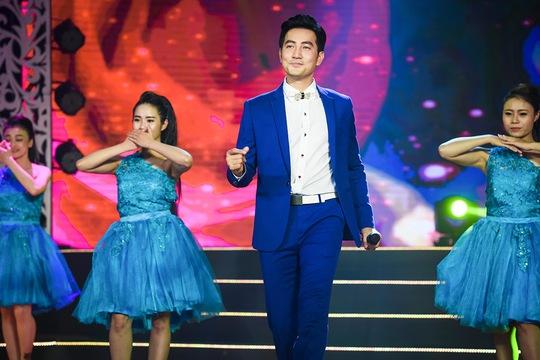 ca sĩ điển trai Nguyễn Phi Hùng thể hiện Điệp khúc mùa xuân