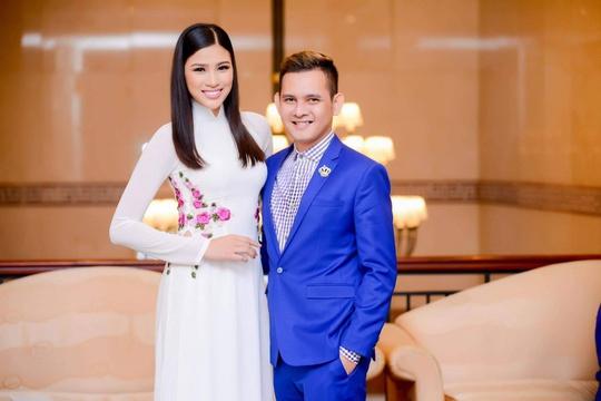 Người đẹp Nguyễn Thị Thành và ông Trần Trọng Hiếu, đại diện công ty Cổ phần Truyền thông và giải trí Trái Đất