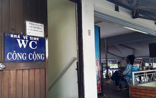 NVSCC ở gần ngã tư Tôn Thất Tùng - Nguyễn Trãi, quận 1 treo tấm bảng coi chừng mất xe như thách đố người mắc tiểu