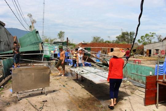 Cận cảnh trường học tan hoang, nhà cửa đổ nát sau bão - Ảnh 13.