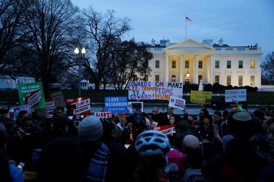Người biểu tình phản đối sắc lệnh cấm nhập cảnh mới bên ngoài Nhà Trắng hôm 6-3 Ảnh: Reuters