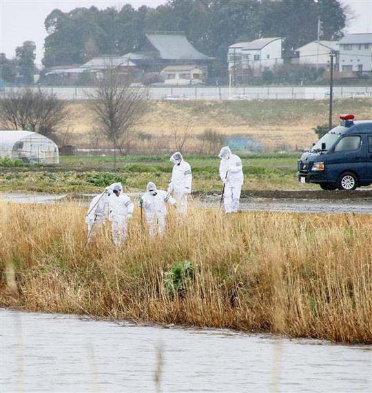 Các nhà điều tra kiểm tra khu vực gần nơi phát hiện thi thể bé Linh Ảnh: SANKEI