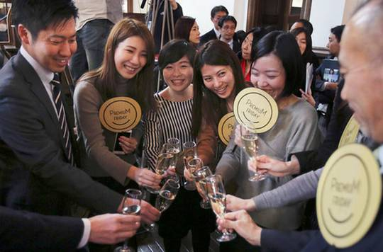 Nhân viên văn phòng ở Tokyo hào hứng với ngày thứ 6 đặc biệt đầu tiên (24-2) Ảnh: AP