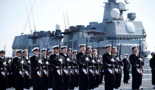 Lính thủy Nhật tham gia lễ biên chế tàu Kaga. Ảnh: Reuters