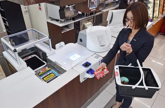 Với hệ thống tự tính tiền mới, việc quét mã vạch từng món hàng không còn cần thiết tại cửa hàng tiện lợi ở NhậtẢnh: NIKKEI