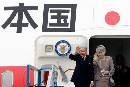 Nhà vua và Hoàng hậu Nhật Bản vẫy tay chào rời Hà Nội để đến Huế. Ảnh: Reuters