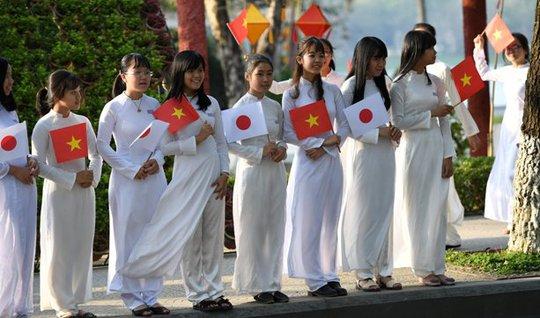 Nữ sinh Huế đứng 2 bên đường đón chào Nhật hoàng. Ảnh Reuters