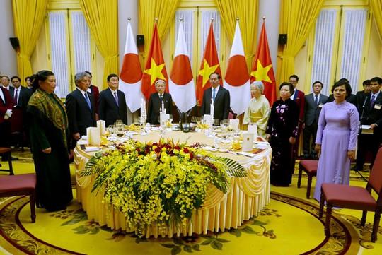 Quốc yến được bắt đầu với nghi lễ chào cờ của hai quốc gia Việt Nam và Nhật Bản - Ảnh: Quý Đoàn