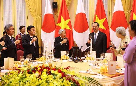 Nâng ly chúc mừng mùa xuân mới trong quan hệ Việt Nam - Nhật Bản - Ảnh: Quý Đoàn