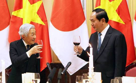 Nhà vua và Chủ tịch nước nâng ly - Ảnh: Quý Đoàn