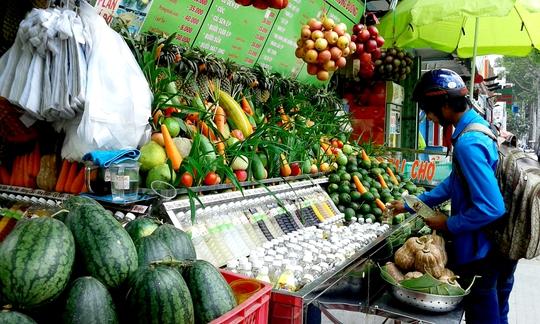 Nước ép trái cây tăng giá gấp đôi vẫn đắt hàng mùa nắng nóng.