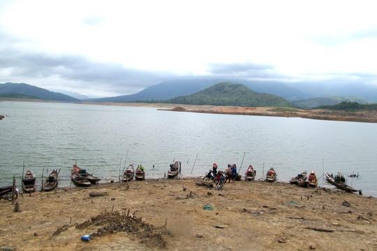 Nhiều thuyền ở bến Rào Quán được gắn máy xung điện để đánh bắt cá